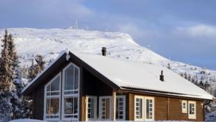 Nøkkelferdig sportshytte i Skei Fjellgrend. Solrikt beliggende, stor tomt med flott utsikt. Stor hems på 24m2. Langrenn ski in/out! Tomt, grav og betong inkl. i pris.