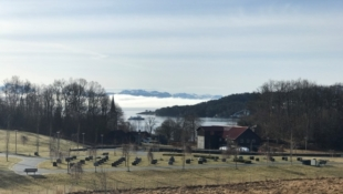 Nøkkelferdig einebustad i eit populært område på Ådland, med flott utsikt og gode solforhold.