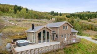 Stor hytte med fantastisk utsikt, høg standard og alpintanlegg som nærmaste nabo