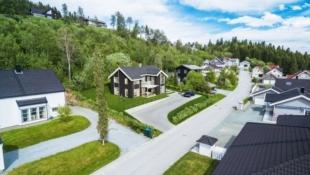 Rønningslia 13- Nøkkelferdig familiebolig i populært bo-område | 4 soverom-3 bad-2 stuer-WiC | Stor tomt med flott utsikt